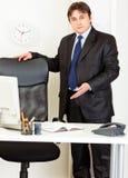 Freundliches Geschäft eine Einladung, zum auf Stuhl zu sitzen Stockfoto