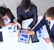 Freundliches Geschäftsteam, das Sitzung hat Lizenzfreies Stockfoto