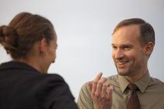 Freundliches Gespräch im Freien Stockbilder