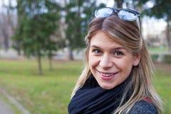 Freundliches junge Frau protrait Lizenzfreie Stockfotos