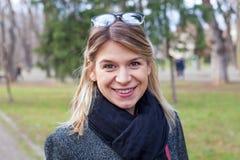 Freundliches junge Frau protrait Stockfotografie