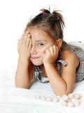 Freundliches kleines Mädchen mit lustigen Hecks lizenzfreie stockfotografie