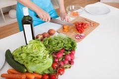 Freundliches Kochen der jungen Frau Lizenzfreie Stockfotos