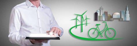 Freundliches Konzept Eco mit dem Mann, der eine Tablette verwendet Stockbilder