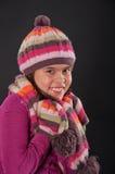 Freundliches Mädchen mit einem Hut und einem skarf Stockbild