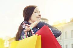 Freundliches Mädchen mit Einkaufenbeuteln Stockbild