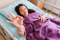 Freundliches okay Zeichen des weiblichen geduldigen Säens Hand Lizenzfreie Stockbilder