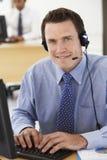 Freundliches Service-Vertreter Talking To Customer im Call-Center Lizenzfreies Stockfoto