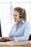 Freundliches Service-Vertreter Talking To Customer im Call-Center Lizenzfreie Stockfotografie