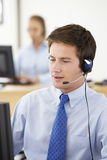 Freundliches Service-Vertreter Talking To Customer im Call-Center Lizenzfreie Stockfotos
