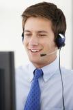 Freundliches Service-Vertreter Talking To Customer im Call-Center Lizenzfreie Stockbilder