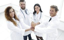 Freundliches Team von Doktoren zeigt ihren Erfolg Stockbilder