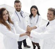 Freundliches Team von Doktoren zeigt ihren Erfolg Lizenzfreie Stockbilder