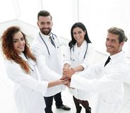 Freundliches Team von Doktoren zeigt ihren Erfolg Lizenzfreies Stockbild