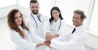 Freundliches Team von Doktoren zeigt ihren Erfolg Stockfotos