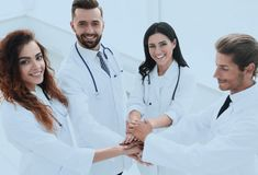 Freundliches Team von Doktoren zeigt ihren Erfolg Stockbild