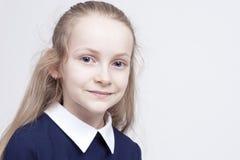 Freundliches und schönes kaukasisches blondes Mädchen mit wunderbarem tiefem Lizenzfreie Stockbilder
