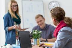 Freundliches Verhältnis an Arbeitsplatz Lizenzfreie Stockfotos