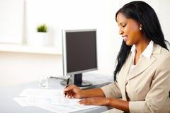 Freundliches weibliches Leitprogramm auf Arbeit Stockfoto
