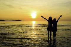 Freundliebesbeziehung bei Sonnenaufgang Stockfotos