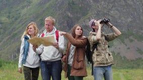 Freundreisende mit Rucks?cken tun selfie am Telefon in den Bergen Eine Gruppe Touristen machen Fotos am Telefon stock footage