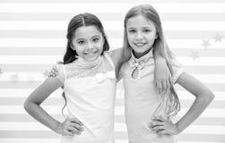 Freundschaft als Schatzkonzept Scherzt die Schulmädchenjugendlichen, die zusammen glücklich sind Freundschaft von der Kindheit Mä lizenzfreie stockbilder