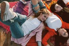 Freundschaft der jungen Leute Draufsicht des glücklichen Zeitvertreibs stockfotografie