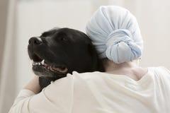 Freundschaft des Menschen und des Tieres lizenzfreies stockbild