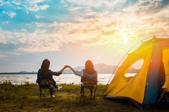 Freundschaft des stillstehenden Lagers der jungen Frauen lizenzfreie stockbilder