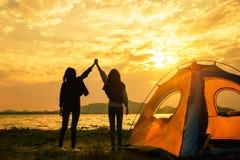 Freundschaft des stillstehenden Lagers der jungen Frauen nahe Berg stockbild