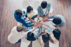 Freundschaft, Einheit, Zusammenarbeit, Zusammenarbeit, multinationales Unternehmen und stockbilder