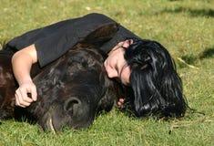 Freundschaft Jugendlicher und Stallion stockfotografie