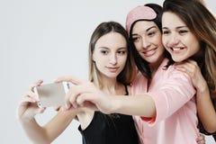 Freundschaft, Leute und Technologiekonzept - gl?ckliche Freunde oder Jugendlichen mit dem Smartphone, der selfie nimmt stockfotos