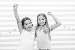 Freundschaft macht uns reich Scherzt die Schulmädchenjugendlichen, die zusammen glücklich sind Freundschaft von der Kindheit Läch lizenzfreies stockfoto