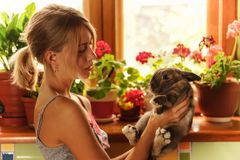 Freundschaft mit einem Artfoto Ostern Bunny Vintage von einer schönen jungen Frau mit ihrem Häschen Lizenzfreie Stockfotografie