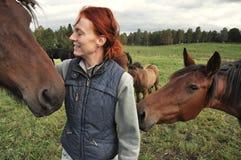 Freundschaft mit Pferden stockbild