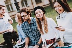 Freundschaft Studie zusammen Gute Stimmung Laptop lizenzfreie stockbilder