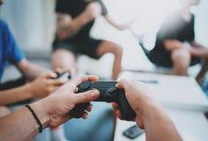 Freundschaft, Technologie, Spiele und entspannendes Konzept der Zeit zu Hause - nah oben von den männlichen Freunden, die Videosp stockbild