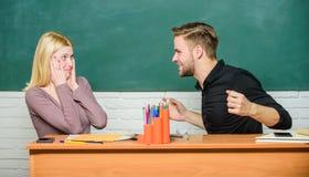 Freundschaft und Beziehungen Kompromisslösung Collegebeziehungen Beziehungen mit Mitschülern Studenten stehen in Verbindung stockbild