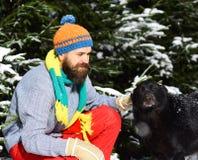 Freundschaft und Ergebenheitskonzept Mann trägt Strickmütze, Schal, Handschuhe lizenzfreies stockbild
