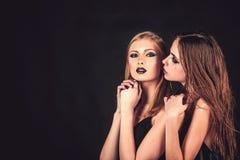 Freundschaft und Familie Mode-Modelle mit Make-up und Frisur Friseur und Schönheitssalon Make-up Blick und skincare stockfoto