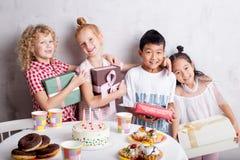 Freundschaft von der Kindheit glückliche junge Gäste, welche die Kamera betrachten lizenzfreies stockfoto
