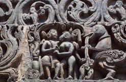 Freundschaft von Fantasietieren und von alten Leuten Carvings des 12. Jahrhundertshoysaleshwara-Tempels in Halebidu, Indien Stockbilder