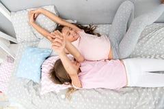 Freundschaft von kleinen Mädchen Freizeit und Spaß Spaß mit bestem Freund haben Kinderspielerische frohe Stimmung, die Spaß hat lizenzfreie stockfotos