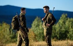 Freundschaft von Mannjägern Militäruniform Armeekräfte tarnung Jagdfähigkeiten und Waffenausrüstung Wie Drehung lizenzfreie stockfotografie