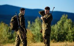 Freundschaft von Mannjägern Militäruniform Armeekräfte tarnung Jagdfähigkeiten und Waffenausrüstung Wie Drehung stockbilder