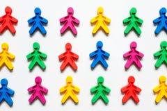 Freundschaft von Völkern ist ein Symbol von farbigen Männern auf einem weißen Hintergrund stockbild