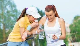 Freundschaft von zwei jungen Freundinnen lizenzfreies stockfoto