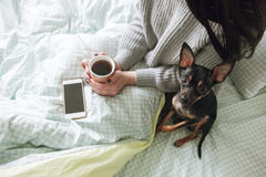 Freundschaft zwischen Menschen und Hund Lizenzfreies Stockbild