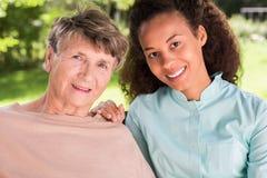 Freundschaft zwischen Rentner und Krankenschwester stockfoto
